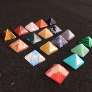 """Figūrėlės """"Piramidės"""" (kvarco kristalai, 7 vnt., 10 x 14 mmm)"""