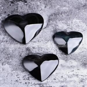 """Figūrėlė """"Juodoji širdelė"""" (4 cm, vaivorykštinis obsidianas)"""