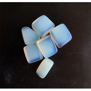"Naturalus kristalas ""Baltoji žavuma"" (baltasis opalas, (6 vnt., 2-3 cm, 60-80 g)"